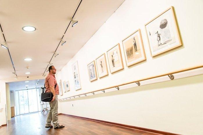 Ein Besucher schaut sich die Kunstausstellung im Seehotel an