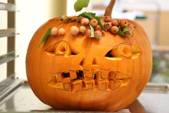 Ein zu Halloween geschnitzter Kürbis