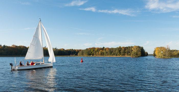 Ein Segelboot auf dem Grienericksee