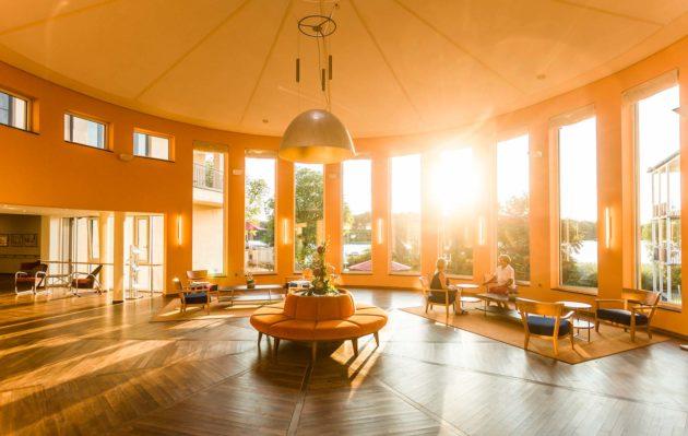 Sonnendurchflutete Lobby des Seehotel Rheinsberg