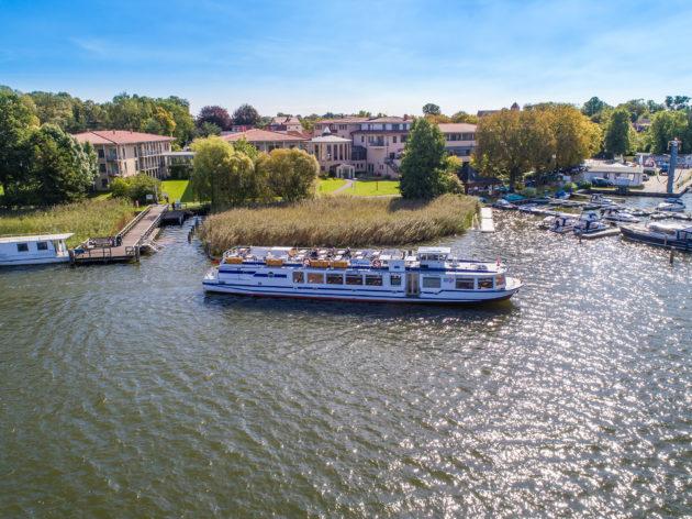 Ein Ausflugsschiff am Anleger des Hotels