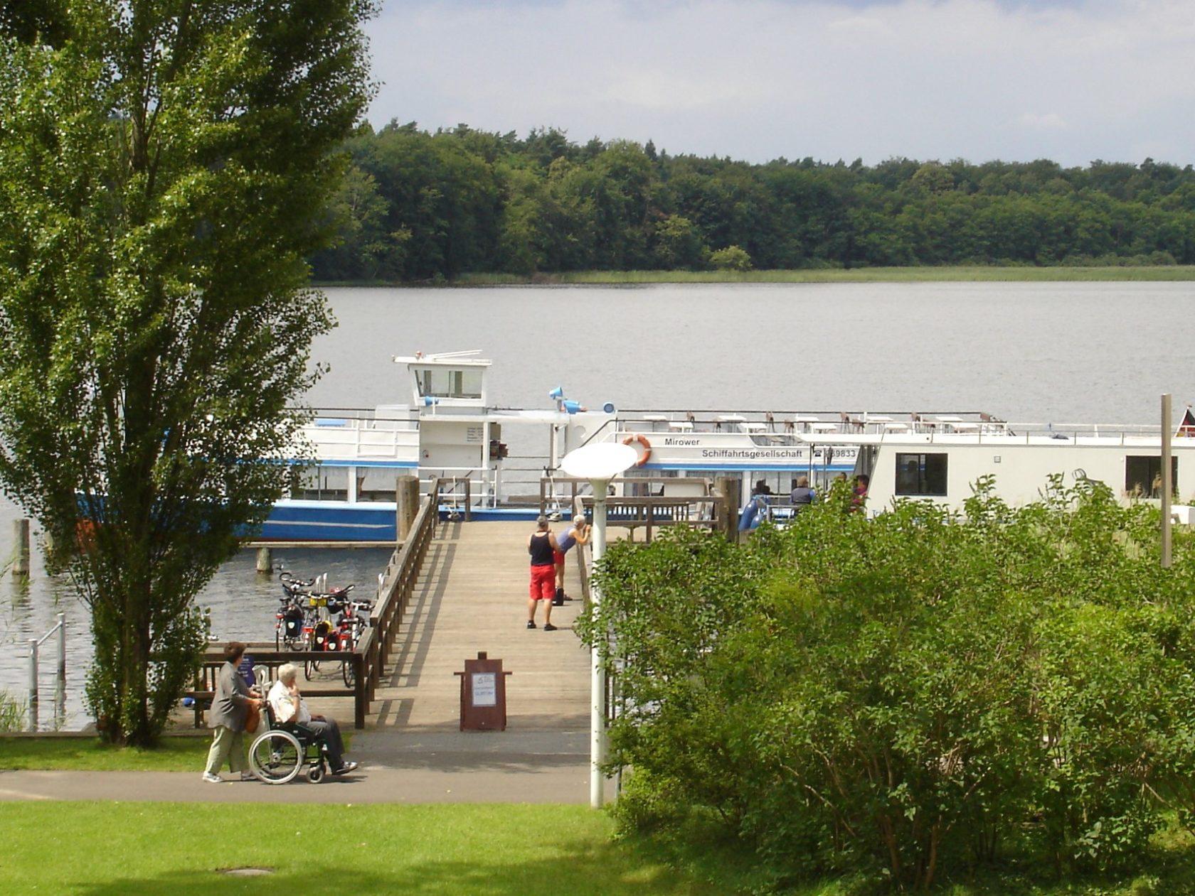 Blick vom Hotel auf den Grienericksee und ein Fahrgastschiff